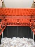 Portone di acqua sulla centrale elettrica di energia idroelettrica fotografie stock libere da diritti