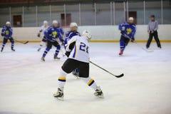 Portone di attacco del giocatore di hockey Fotografia Stock Libera da Diritti