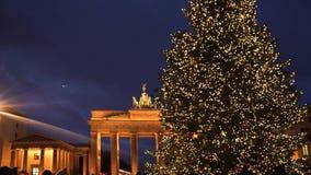 Portone di Bradenburg con l'albero di Natale stock footage