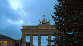 Portone di Bradenburg con l'albero di Natale video d archivio