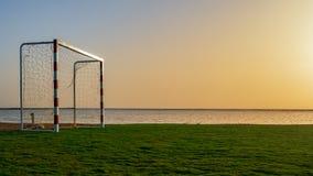 Portone di calcio sulla riva di mare contro fotografia stock libera da diritti