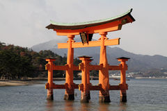 Portone di galleggiamento del santuario di Itsukushima Immagini Stock Libere da Diritti