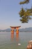 Portone di galleggiamento di torii del santuario di Itsukushima, Giappone Sito dell'Unesco Fotografia Stock