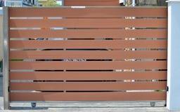 Portone di legno del garage privato immagini stock