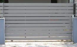 Portone di legno del garage privato fotografia stock