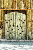 Portone di legno molto vecchio del granaio Fotografia Stock Libera da Diritti