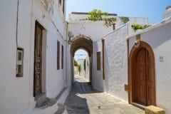 Portone di Lindos in via stretta a Rhodes Island fotografia stock libera da diritti