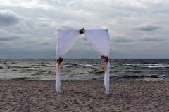 Portone di nozze sulla spiaggia baltica immagini stock