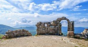 Portone di pietra antico nelle montagne Immagini Stock