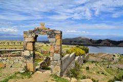 Portone di pietra il Titicaca fra la Bolivia ed il Perù Immagini Stock