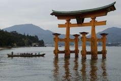 Portone di Torii del giapponese in mare Fotografie Stock