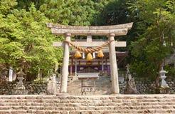 Portone di Torii del santuario di Hachiman nel villaggio di stile di gassho di Ogimachi Immagine Stock Libera da Diritti