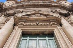 Portone di vecchia chiesa a Roma Immagini Stock Libere da Diritti