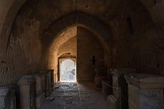 Portone e corridoio medievali di Acropolisof Lindos Rodi, Grecia Immagine Stock