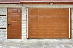 Portone e porta automatici del garage del rotolo-su Fotografia Stock