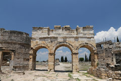 Portone e via di Frontinus nella città antica di Hierapolis, Turchia Immagine Stock
