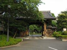 Portone giapponese tradizionale e giardino del tempio buddista Fotografie Stock Libere da Diritti