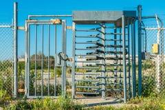 Portone industriale del metallo con il cancello girevole, lotto abbandonato nel backgroun immagini stock