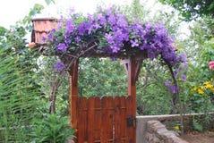 Portone, l'uscita dell'iarda, con le decorazioni floreali Immagine Stock Libera da Diritti