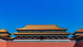 Portone meridiano della Città proibita, sotto cielo blu, a Pechino, la Cina fotografie stock libere da diritti