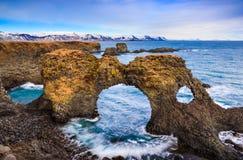 Portone naturale della roccia in Arnarstapi, Islanda fotografia stock libera da diritti