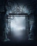 Portone nebbioso del cimitero Immagine Stock