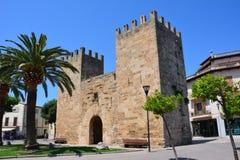 Portone nella vecchia città di Alcudia Immagini Stock