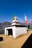 Portone nepalese, bandiere di preghiera in Lukla Nepal Immagini Stock Libere da Diritti