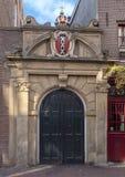 Portone nordico alla chiesa vallone, ornata con i crani e la stemma di Amsterdam fotografia stock libera da diritti