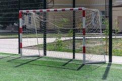 Portone per il gioco nel calcio sul campo sportivo con una copertura artificiale Fotografie Stock Libere da Diritti