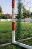 Portone per piccolo calcio o pallamano in piccolo stadio Dettaglio del telaio del portone Campo da giuoco all'aperto di pallamano Immagini Stock Libere da Diritti