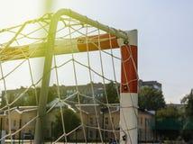 Portone per piccolo calcio o pallamano in piccolo stadio Dettaglio del telaio del portone Campo da giuoco all'aperto di pallamano Fotografia Stock Libera da Diritti