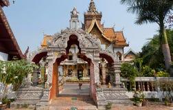 Portone scolpito alla struttura antica del tempio buddista in Tailandia Fotografia Stock