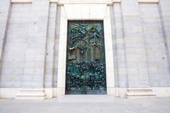 Portone scolpito dell'entrata dalla cattedrale Almudena un giorno di molla i Fotografie Stock