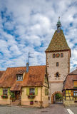 Portone superiore in Bergheim, l'Alsazia, Francia Immagine Stock