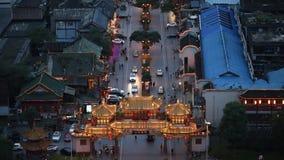Portone tradizionale cinese di QinTaiLu illuminato alla vista aerea di notte stock footage