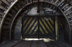 Portone in tunnel nel sottosuolo illuminato Fotografia Stock