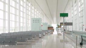 Portone vuoto del corridoio di partenza dell'aeroporto con i banchi nessuno archivi video