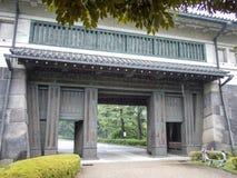Portoni ai giardini orientali del palazzo imperiale, Tokyo, Giappone immagini stock libere da diritti