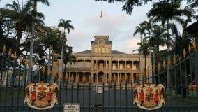 Portoni anteriori del palazzo di iolani a Honolulu sull'isola di Oahu archivi video