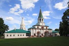 Portoni anteriori (1673) e chiesa dell'ascensione (1532) in Kolomenskoye, Mosca, Russia Fotografia Stock