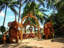 portoni decorativi fatti degli elefanti di legno Immagine Stock