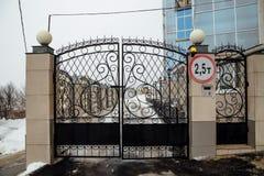 Portoni del ferro con grata Entrata a zona residenziale di lusso Immagini Stock