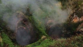 Portoni del geyser di inferno in valle dei geyser stock footage