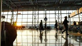 Portoni dell'aeroporto Viaggio della gente con bagagli su transito del corridoio stock footage