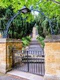 Portoni dell'entrata di vista di giorno alla vecchia costruzione di chiesa inglese tipica Fotografia Stock