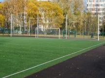 Portoni di calcio sul campo artificiale del tappeto erboso fotografia stock libera da diritti