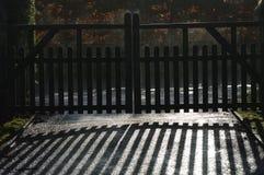 Portoni di legno della strada privata con la riflessione Immagine Stock