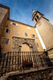 Portoni di pietra ed alta torre sulla via di Budua, Montenegro Fotografia Stock