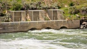 Portoni di straripamento su una diga situata nell'Idaho Immagini Stock Libere da Diritti